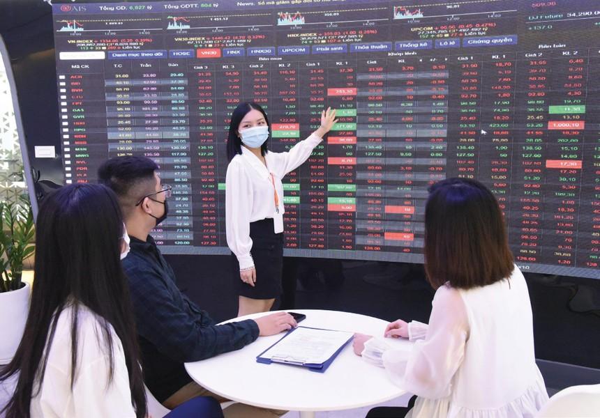 Giá dầu tăng cao giúp nhóm cổ phiếu dầu khí thu hút sự quan tâm của nhiều nhà đầu tư.