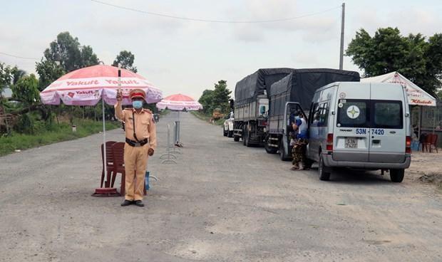 Cảnh sát giao thông tại Kiên Giang thực hiện nhiệm vụ tại chốt kiểm soát nút giao tuyến Lộ Tẻ-Rạch Sỏi với tuyến tránh thành phố Rạch Giá. (Ảnh: Lê Huy Hải/TTXVN).