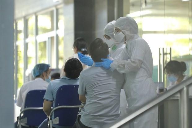Nhân viên y tế lấy mẫu xét nghiệm. (Ảnh: Minh Quyết/TTXVN).