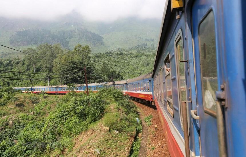 Đoàn tàu của ngành đường sắt đang chạy trên tuyến Bắc-Nam. (Ảnh: Minh Sơn/Vietnam+).