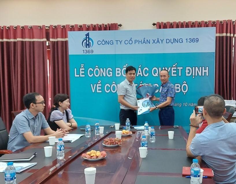 Ông Lê Minh Tân - Chủ tịch HĐQT trao quyết định bổ nhiệm Phó tổng giám đốc.