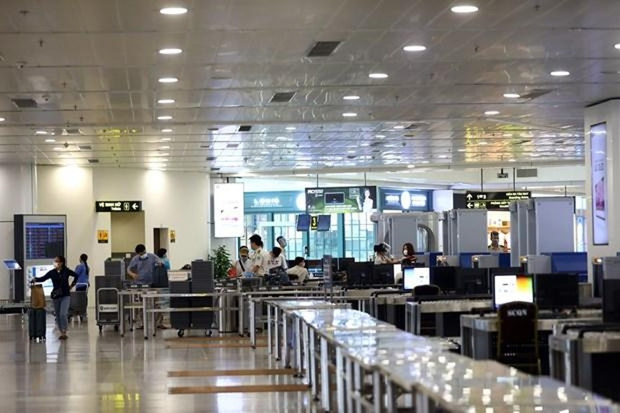 Hành khách làm thủ tục tại sân bay Nội Bài tháng 5/2021. (Ảnh: Huy Hùng/TTXVN).