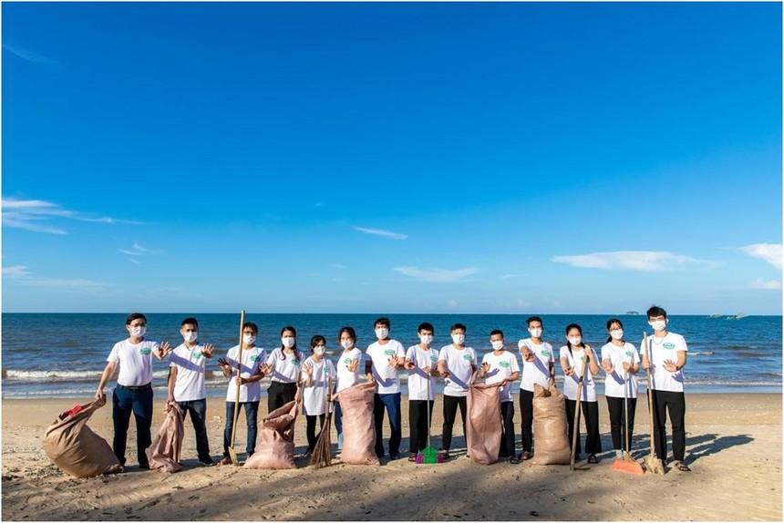 Hoạt động dọn biển tại bãi biển Thiên Cầm (Hà Tĩnh) đã thu hút sự tham gia của đoàn viên thanh niên Huyện đoàn Cẩm Xuyên.