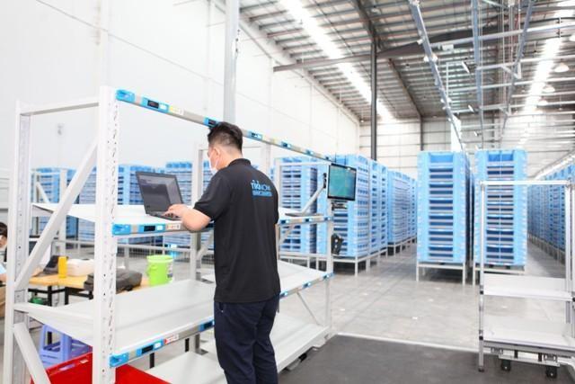 Thay vì phải đi bộ nhiều cây số mỗi ngày để lấy hàng và tìm kiếm hàng hóa trên kệ, nhân viên chỉ cần đứng tại trạm điều khiển và ấn nút lệnh, robot sẽ hỗ trợ khuân vác vật nặng, và vận chuyển đến tay đội ngũ vận hành.
