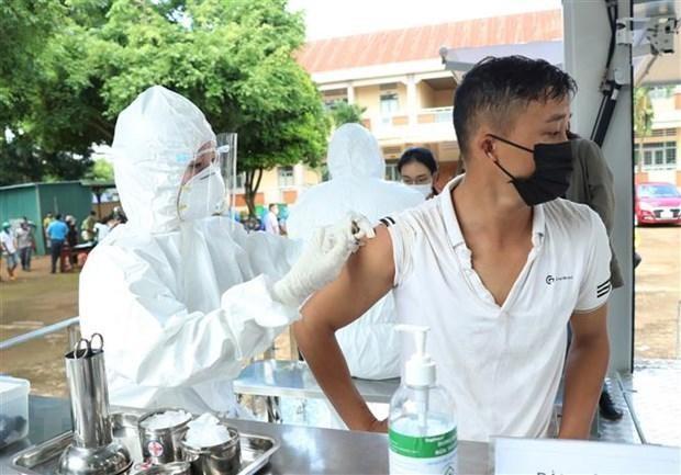 Người dân ở khu vực nguy cơ cao của buôn Tơng Ju, xã Ea Kao, thành phố Buôn Ma Thuột được tiêm vaccine phòng COVID-19. (Ảnh: Tuấn Anh/TTXVN).