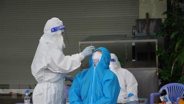 Nhân viên y tế lấy mẫu xét nghiệm cho người dân thành phố Vũng Tàu. (Ảnh: Ngọc Sơn/TTXVN).