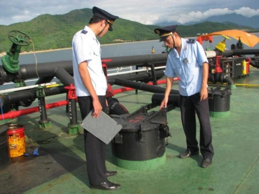 Lực lượng hải quan giám sát xăng dầu nhập khẩu. Ảnh: Báo Hải quan.