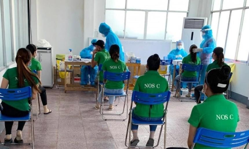 Người lao động tại Đồng Nai phải mặc đồng phục, tiêm ít nhất một mũi vaccine sau 14 ngày để đủ điều kiện đi làm.