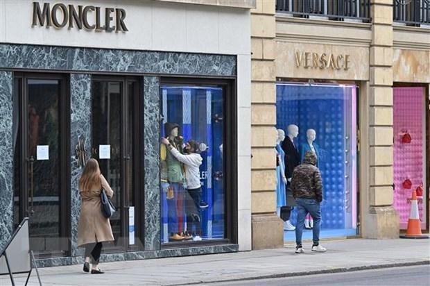 Một cửa hàng thời trang ở London, Anh. (Ảnh: AFP/TTXVN).