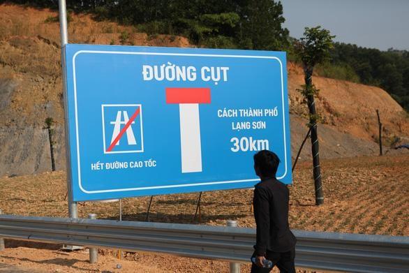 Biển báo đường cụt trên đường cao tốc từ Hà Nội đến cửa khẩu Hữu Nghị do đoạn Chi Lăng - Hữu Nghị chưa được đầu tư đồng bộ. (Ảnh; TP).