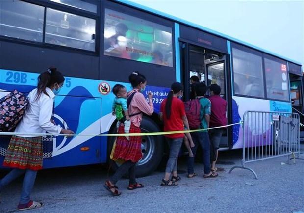 Người dân về từ các tỉnh phía Nam được phân vùng tại huyện Phú Xuyên (Hà Nội), để đưa lên xe buýt về địa phương. (Ảnh: Phạm Kiên/TTXVN).