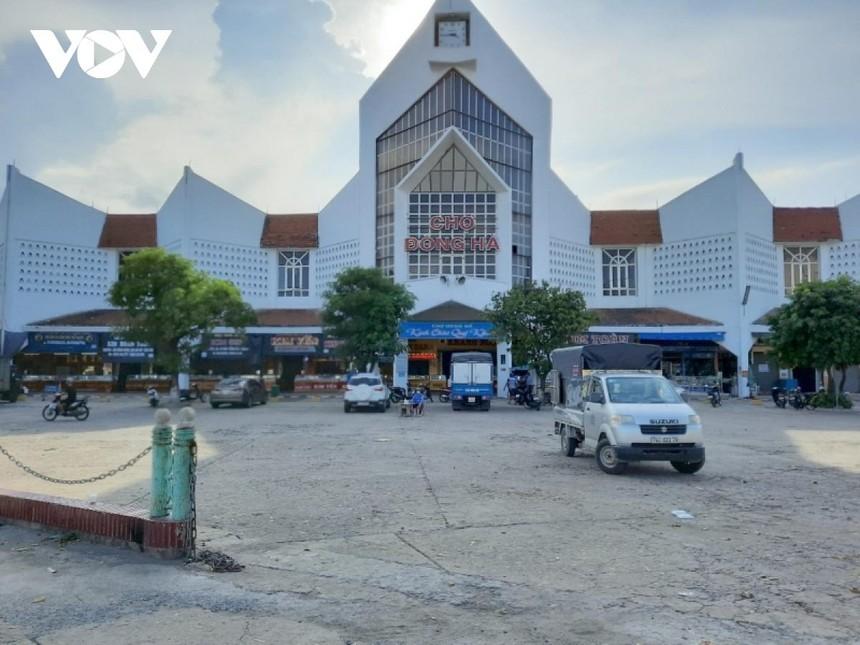 Chợ Đông Hà, chợ lớn nhất tỉnh Quảng Trị được phép hoạt động sau gần 20 ngày tạm dừng để chống dịch.
