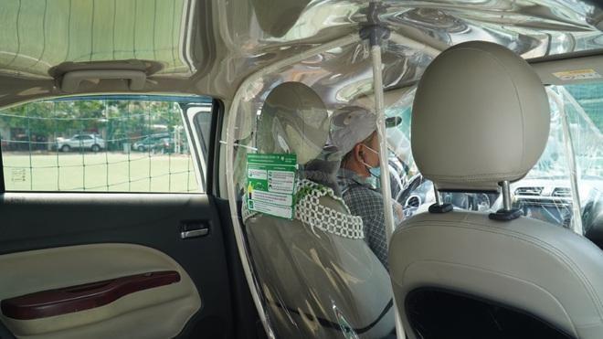 Xe công nghệ hoạt động trở lại tại TPHCM với vách ngăn giữa tài xế và hành khách (Ảnh: DNCC).