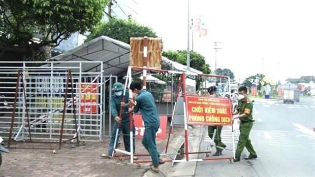 Lực lượng chức năng huyện Xuân Lộc (Đồng Nai) dỡ bỏ các chốt, điểm chặn kiểm soát phòng, chống dịch COVID-19 để từng bước phục hồi kinh tế địa phương. (Ảnh: TTXVN phát).