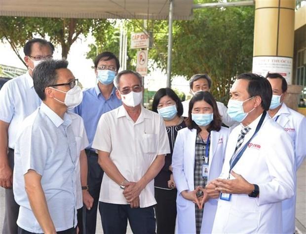 Phó Thủ tướng Vũ Đức Đam (trái, phía trước) kiểm tra công tác phòng, chống dịch COVID-19 tại Bệnh viện đa khoa Thanh Vũ Medic Bạc Liêu, hồi tháng 8/2021. (Ảnh: Nhật Bình/TTXVN).