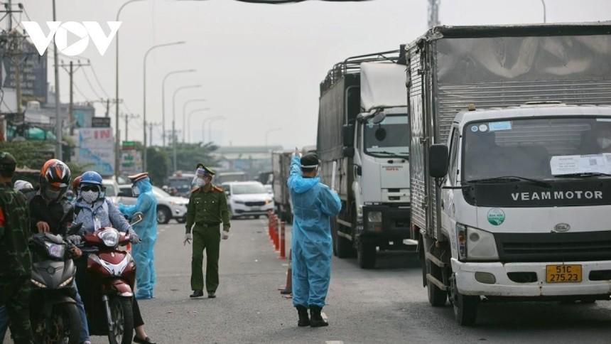 Chốt kiểm soát tại cửa ngõ TP.HCM - Bình Dương trên Quốc lộ 13 (ảnh Hà An).