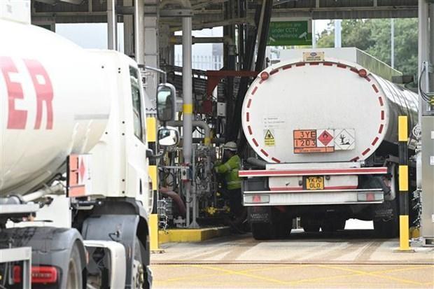 Xe tải chở nhiên liệu tại kho chứa dầu Buncefield ở Hemel Hempstead, Bắc London (Anh). (Ảnh: AFP/TTXVN).