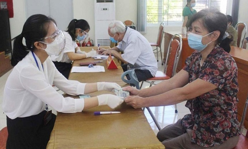Nguồn hỗ trợ an sinh của Chính phủ và thành phố Hà Nội được trao kịp thời đã giúp ấm lòng các đối tượng khó khăn. Ảnh minh họa. (Nguồn: Lao động thủ đô).