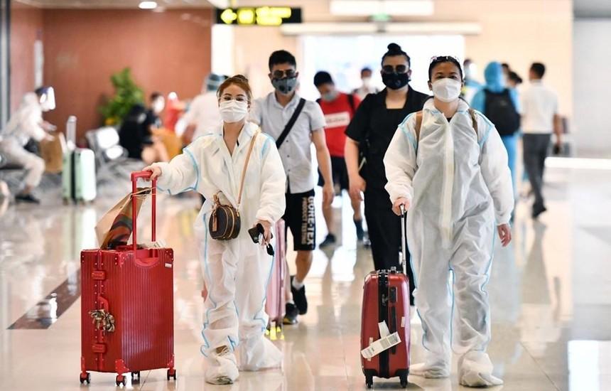 Hành khách đi tàu bay cần phải thực hiện nghiêm các quy định về phòng chống dịch COVID-19 trước, trong và sau chuyến đi. (Ảnh: CTV/Vietnam+).