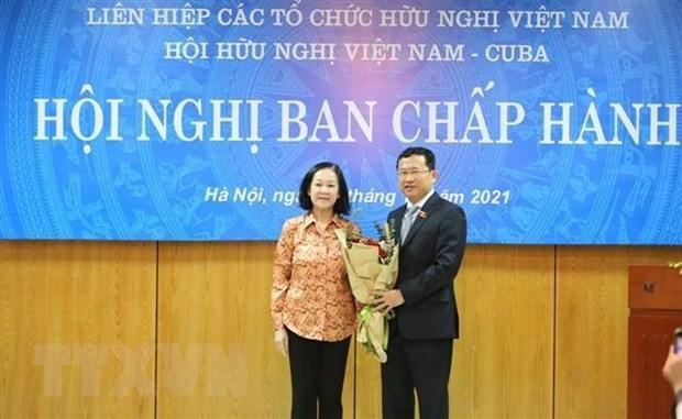 Trưởng ban Tổ chức Trung ương Trương Thị Mai tặng hoa chúc mừng đồng chí Vũ Hải Hà, Chủ tịch Hội Hữu nghị Việt Nam-Cuba. (Ảnh: TTXVN).