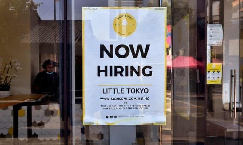 Một cửa hàng kem tại Los Angeles, Mỹ dán thông báo biển tuyển nhân viên. Ảnh: AFP.