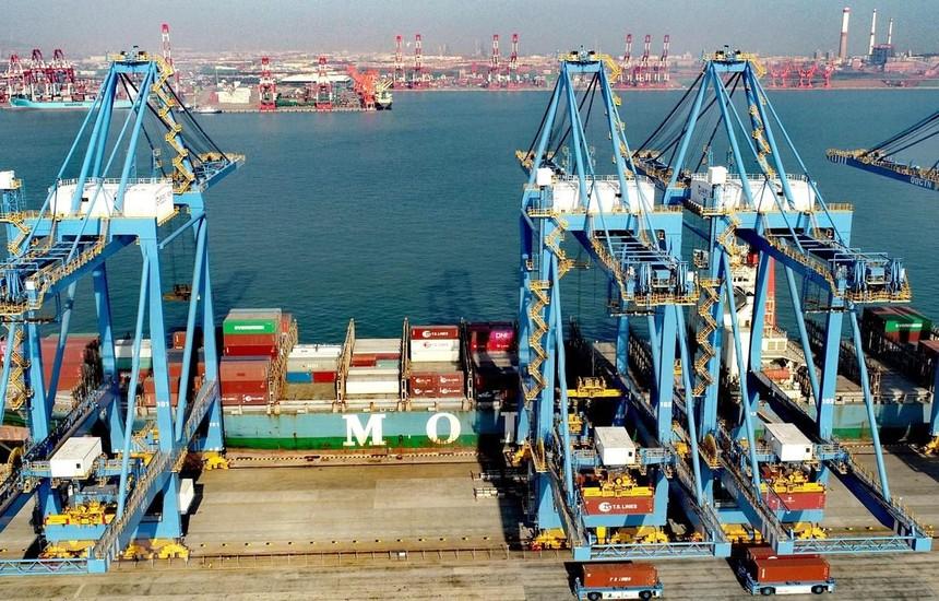 Bốc dỡ hàng hóa tại cảng Thanh Đảo, tỉnh Sơn Đông, Trung Quốc. (Ảnh: THX/TTXVN).