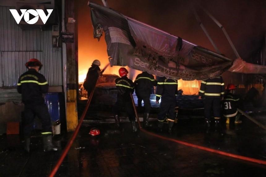 Lực lượng chức năng phải phá cửa để tiếp cận đám cháy.
