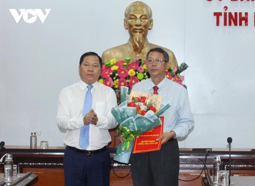 Ông Nguyễn Phi Long, Chủ tịch UBND tỉnh Bình Định trao Quyết định bổ nhiệm ông Trần Văn Thanh, Phó Bí thư Thành ủy, Chủ tịch HĐND thành phố Quy Nhơn giữ chức vụ Giám đốc Sở Du lịch Bình Định.