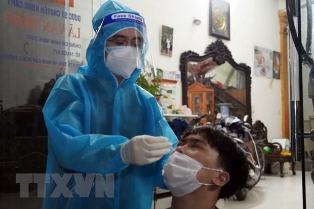 Lấy mẫu xét nghiệm sàng lọc COVID-19 cho người dân thành phố Phủ Lý, tỉnh Hà Nam. (Ảnh: Thanh Tuấn/TTXVN).