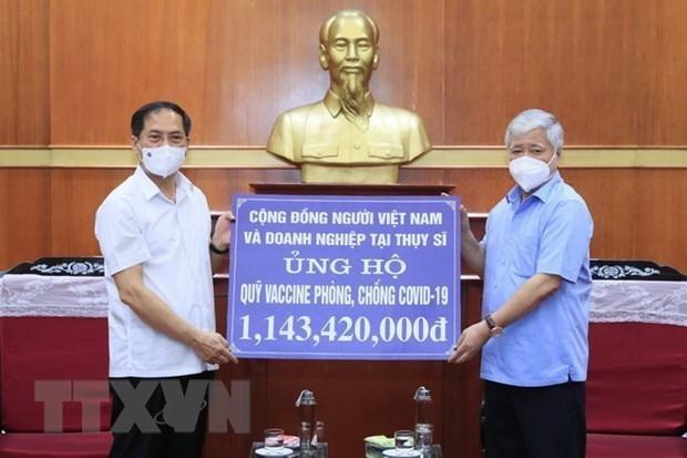 Chủ tịch Ủy ban Trung ương Mặt trận Tổ quốc Việt Nam Đỗ Văn Chiến tiếp nhận ủng hộ công tác phòng, chống dịch và Quỹ Vaccine phòng COVID-19 của cộng đồng người Việt Nam ở nước ngoài. (Ảnh: Minh Đức/TTXVN).