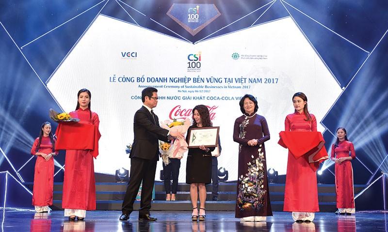 Phó Chủ tịch nước Đặng Thị Ngọc Thịnh và Chủ tịch VCCI Vũ Tiến Lộc trao chứng nhận doanh nghiệp bền vững cho đại diện Coca-Cola Việt Nam