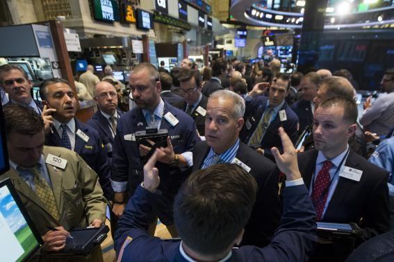 Giới đầu tư hứng khởi với thông tin về lạm phát vừa được công bố - Ảnh: Reuters
