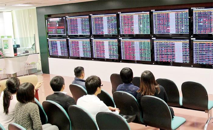 Phiên cuối tuần qua có tới 168 mã giảm điểm, mặc dù chỉ số vẫn tăng nhẹ, kịch bản này khiến nhiều NĐT lo ngại có sự đỡ giá cổ phiếu lớn và kéo chỉ số xanh để xả hàng