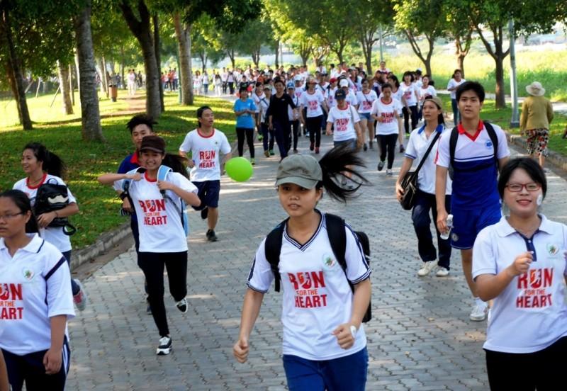 """""""Chạy vì trái tim 2015"""" tại Công viên Yên Sở thu hút hàng nghìn người tham gia trong không gian xanh của cây cỏ, mặt hồ Công viên Yên Sở"""