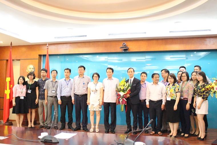Thứ trưởng Hoàng Vĩnh Bảo cùng tập thể cán bộ Nhà Xuất bản Thông tin và Truyền Thông. Ảnh Mic.gov.vn