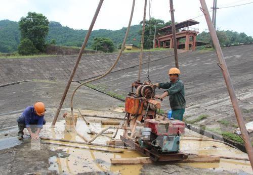 Khoan thăm dò chất lượng thân đập chính hồ Núi Cốc để xây dựng phương án gia cố, sửa chữa. Ảnh:TTXVN