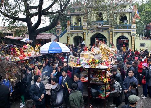 Lễ hội đền bà Chúa Kho luôn đông khách. Ảnh:Bá Đô