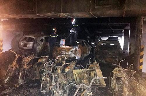 Xe cháy ở tầng hầm khiến khói đen tràn lên tầng trên gây ngạt. Ảnh: Quỳnh Trần.