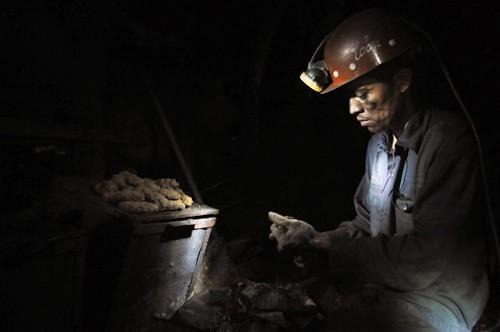 Công nhân làm việc trong hầm lò ở Quảng Ninh. Ảnh:Hoàng Hà