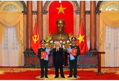 Tổng Bí thư, Chủ tịch nước Nguyễn Phú Trọng chúc mừng hai đồng chí được thăng quân hàm. Ảnh: Quân đội nhân dân
