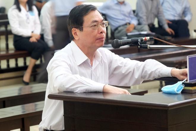Ông Vũ Huy Hoàng bào chữa tại tòa.