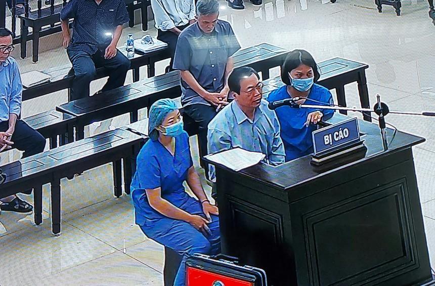 Ông Vũ Huy Hoàng được các nhân viên y tế túc trực hỗ trợ (ảnh chụp qua màn hình)