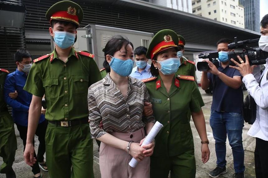 Cảnh sát dẫn giải bị cáo đến tòa án.