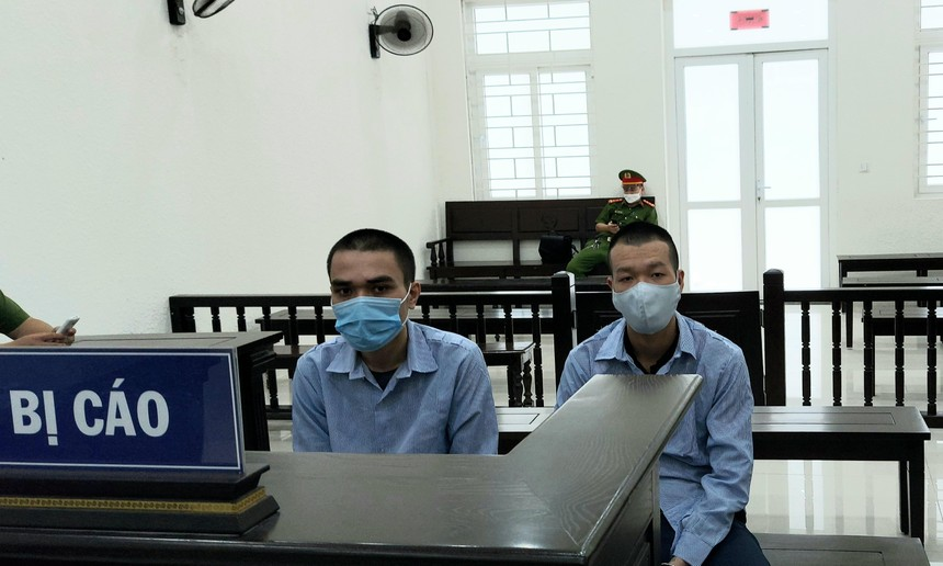 Bị cáo Dư và Tùng tại tòa.