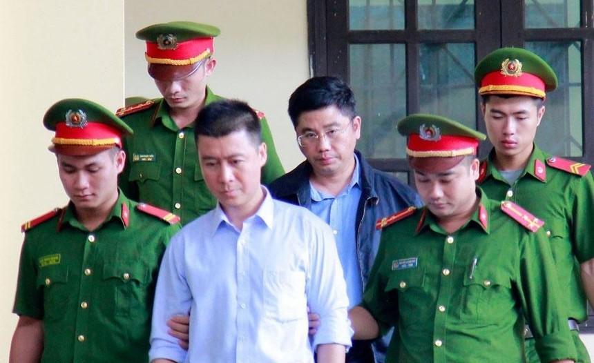 Phan Sào Nam, áo trắng. Ảnh: Thanh Niên.