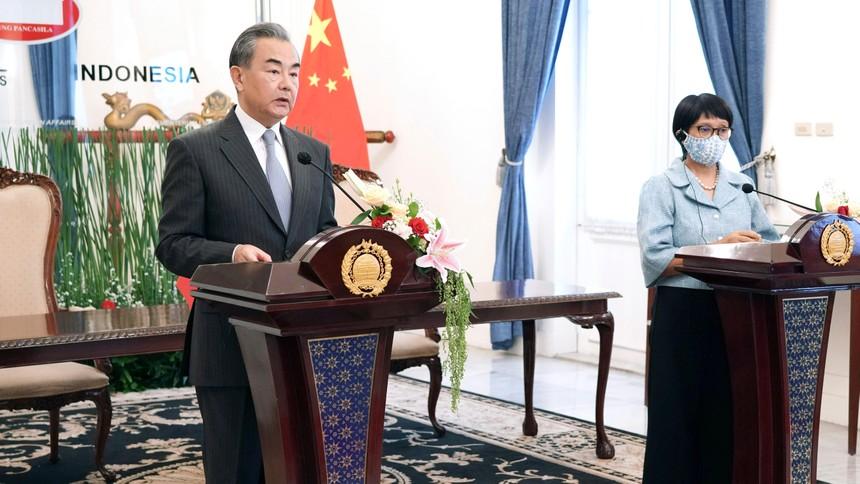 Bộ trưởng Ngoại giao Trung Quốc Vương Nghị nói chuyện với giới truyền thông tại Jakarta (Indonesia) hôm thứ Tư (13/1). Nguồn: AP