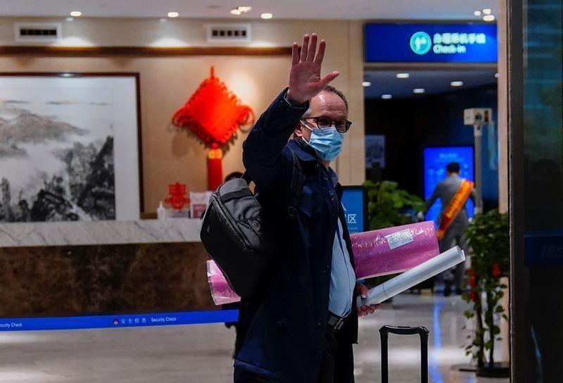 Peter Ben Embarek, một thành viên của Tổ chức Y tế Thế giới (WHO) được giao nhiệm vụ điều tra nguồn gốc của Covid-19 vẫy tay chào khi ông đến sân bay để rời Vũ Hán, Trung Quốc vào ngày 10/2/2021. Nguồn: Reuters