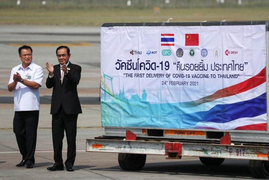 Thủ tướng Thái Lan Prayuth Chan-ocha và Bộ trưởng Y tế Anutin Charnvirakul tại bay quốc tế Suvarnabhumi ở Bangkok ngày 24/2/2021. Nguồn: Reuters