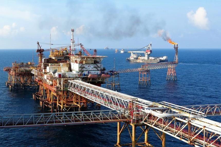 Giá dầu lên mức cao nhất hơn 2 năm do lo ngại lạm phát tăng