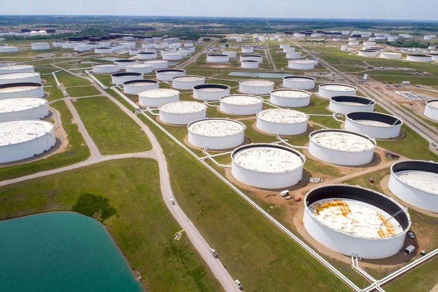 Các thùng chứa dầu thô được chụp từ trên cao tại trung tâm dầu khí Cushing ở Cushing, Oklahoma, Mỹ